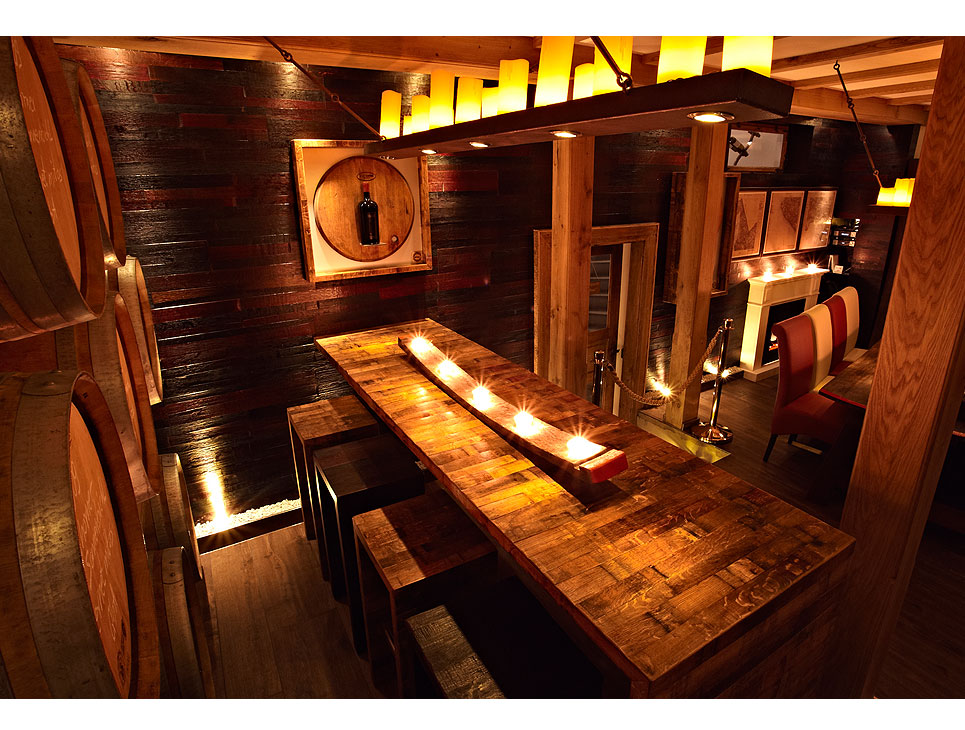 Tavoli e sgabelli a corredo per arredamento pub e bar briganti